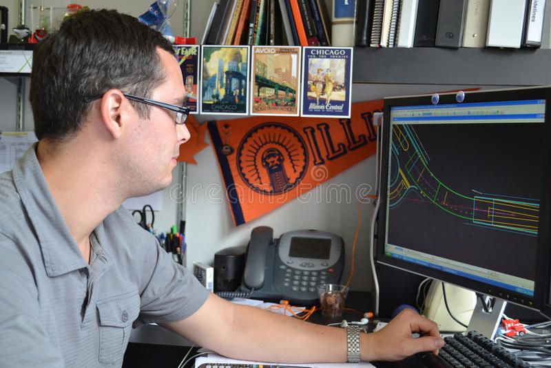 Coordenador de projeto novo ocupado no trabalho fotografia de stock royalty free