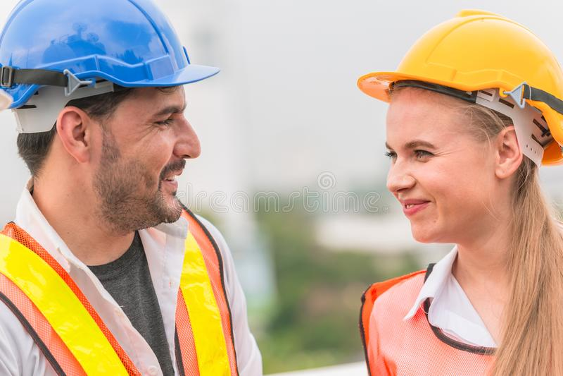 Coordenador de sorriso feliz trabalhando junto a fala com amigo foto de stock