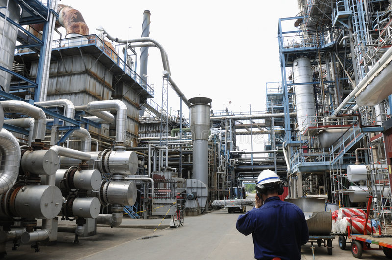 Coordenador dentro da refinaria de petróleo imagens de stock royalty free