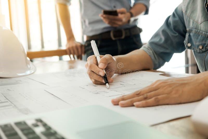Coordenador do arquiteto que começa a tração um modelo da casa no DES imagens de stock