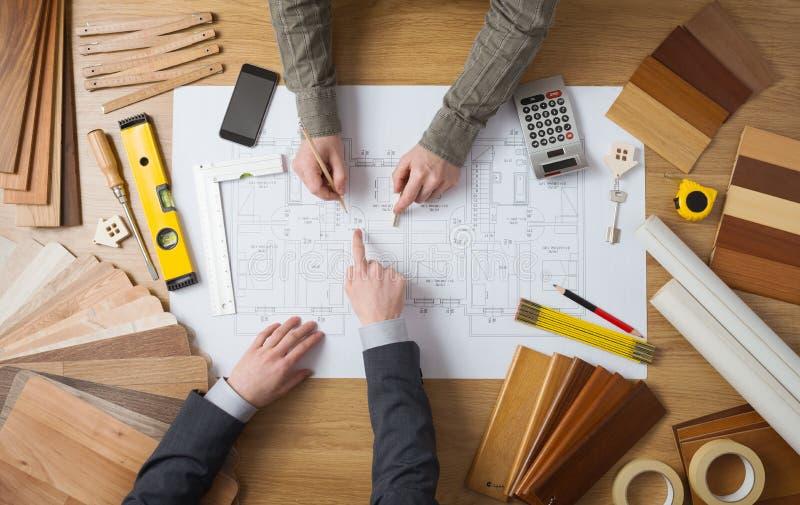 Coordenador do homem de negócios e de construção que trabalha junto fotografia de stock