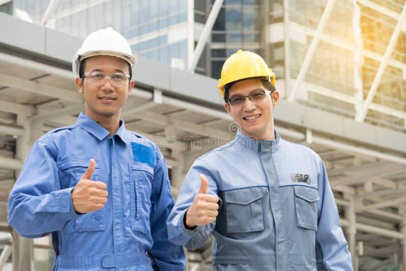 Coordenador e arquiteto que trabalham no canteiro de obras com bluepri foto de stock royalty free