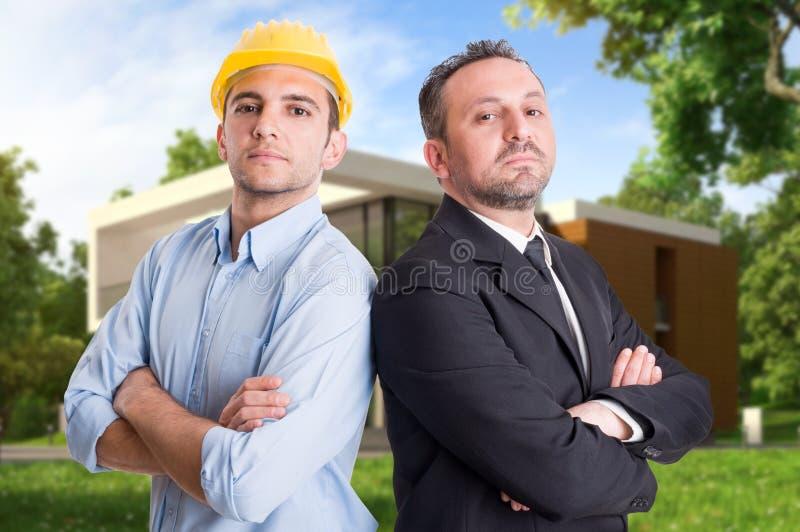 Coordenador e entepreneur novos na frente da casa fotos de stock royalty free