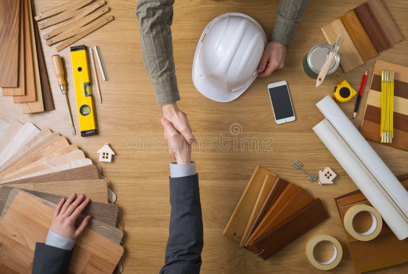 Coordenador e homem de negócios de construção que agitam as mãos foto de stock royalty free