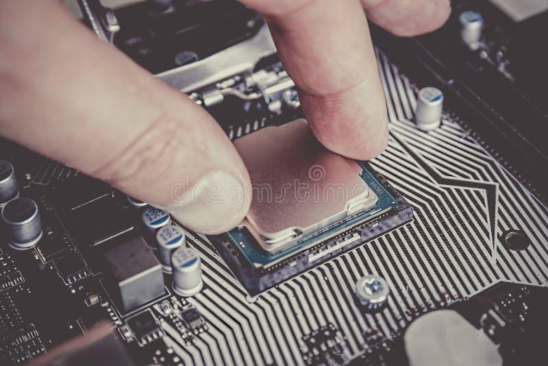 Coordenador eletr?nico da inform?tica  Eleva??o do hardware do processador central do computador da manuten??o do componente do c fotografia de stock