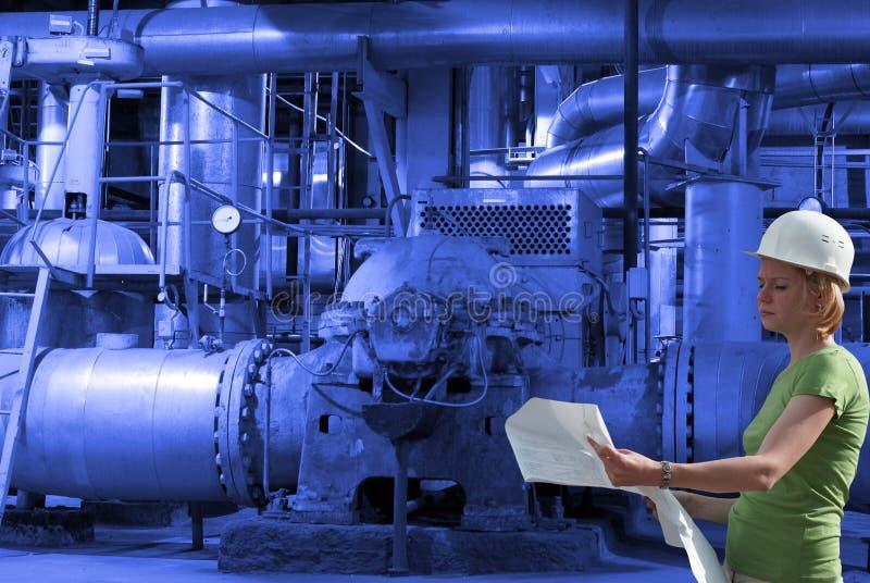 Coordenador fêmea com os modelos na fábrica imagem de stock royalty free