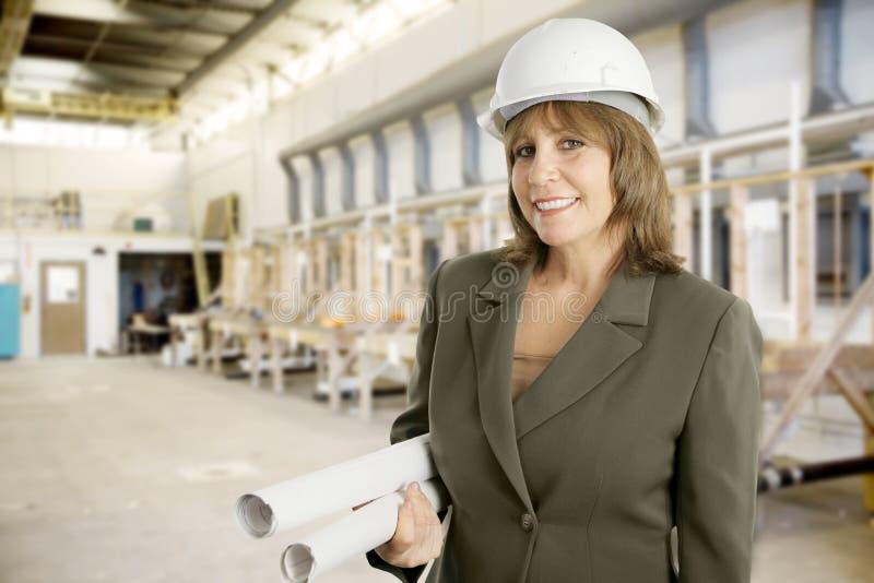 Coordenador fêmea na fábrica fotos de stock