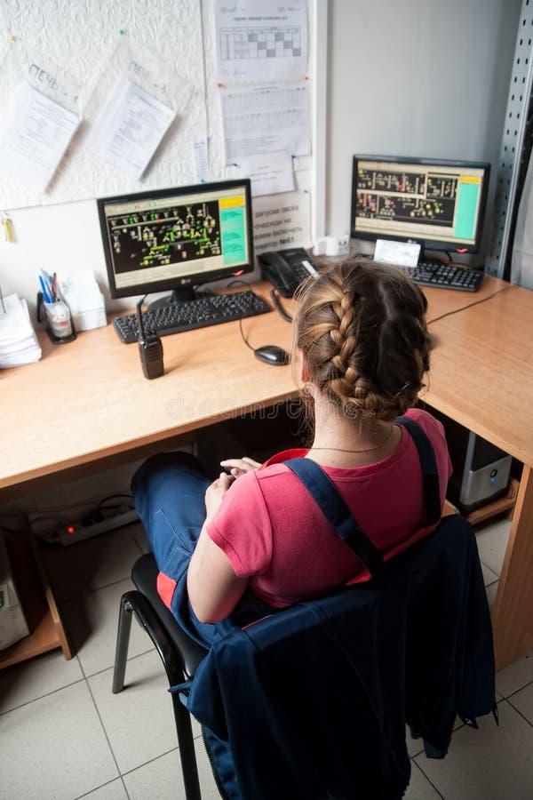 Coordenador fêmea Working na sala da monitoração foto de stock royalty free