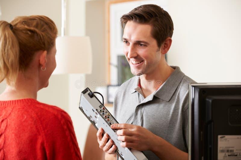 Coordenador Giving Advice On que instala o equipamento da tevê de Digitas foto de stock