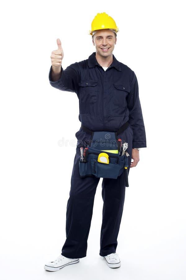 Coordenador industrial de sorriso que mostra os polegares acima imagem de stock