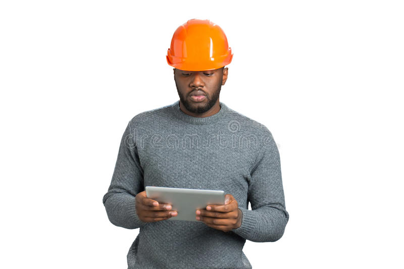 Coordenador masculino que olha a tabuleta do computador imagem de stock