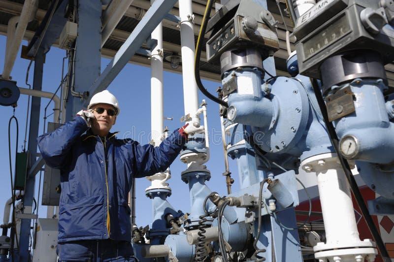 Coordenador no depósito do petróleo e do gás foto de stock