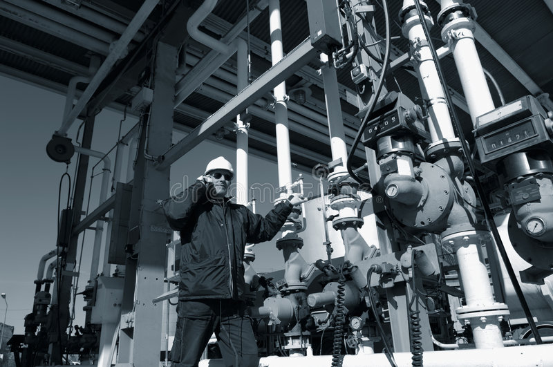 Coordenador no terminal do combustível da refinaria fotografia de stock