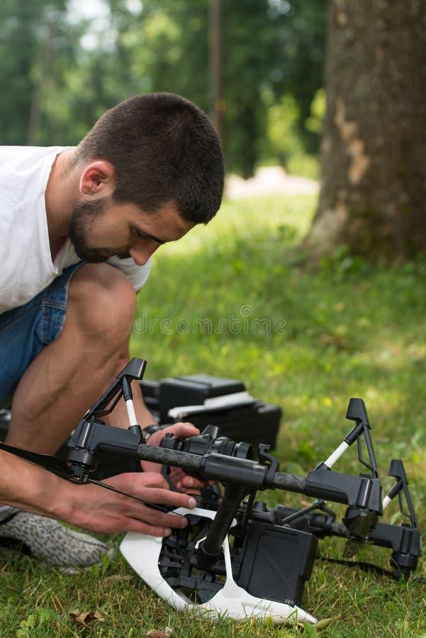 Coordenador novo Checking a câmera de um zangão foto de stock