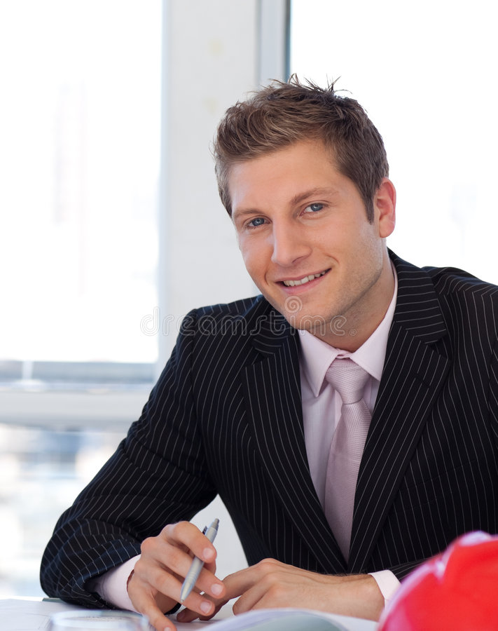 Coordenador novo que olha modelos fotos de stock royalty free