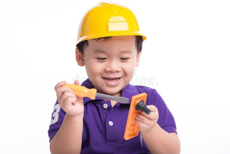 Coordenador pequeno agradável Trabalhador da construção futuro adorável sobre um fundo branco imagens de stock