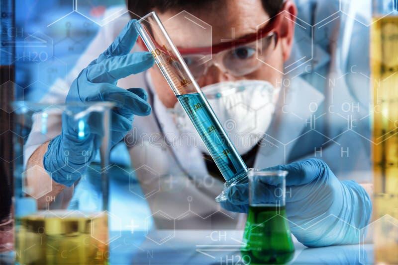 Coordenador químico que trabalha com teste do tubo no laboratório de pesquisa fotografia de stock royalty free