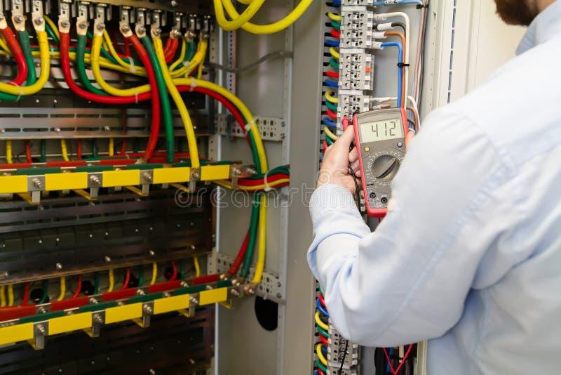 Coordenador que trabalha com dispositivo elétrico imagens de stock
