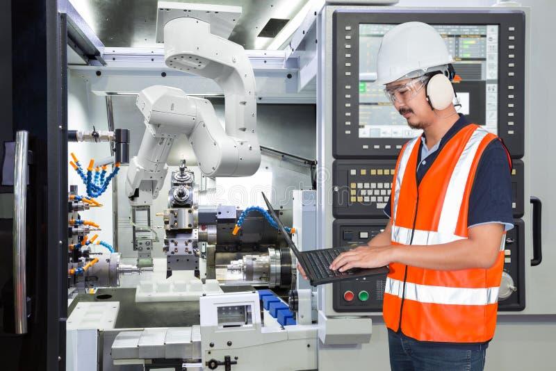 Coordenador que usa o laptop para robótico automático da manutenção imagem de stock royalty free