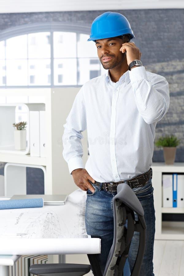 Coordenador que usa o móbil no escritório fotografia de stock royalty free
