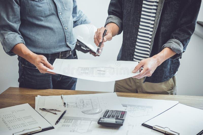 Coordenador Teamwork Meeting da arquitetura, tirando e trabalhando para ferramentas arquitetónicas do projeto e da engenharia no  imagens de stock