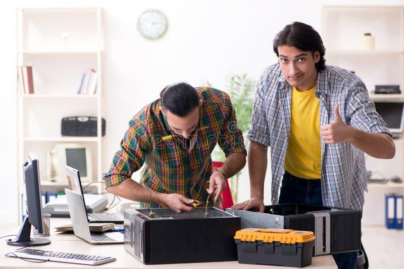 Coordenadores da TI que trabalham na edi??o do hardware foto de stock royalty free