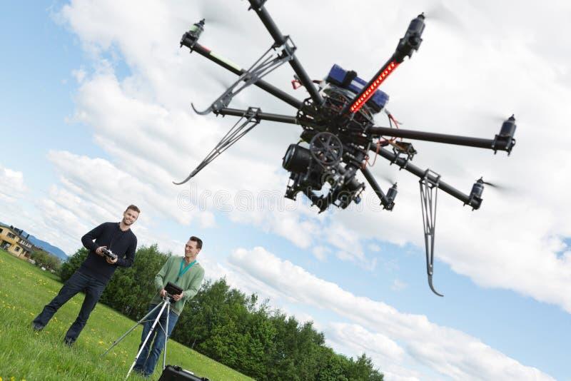 Coordenadores masculinos que operam o helicóptero do UAV fotos de stock royalty free