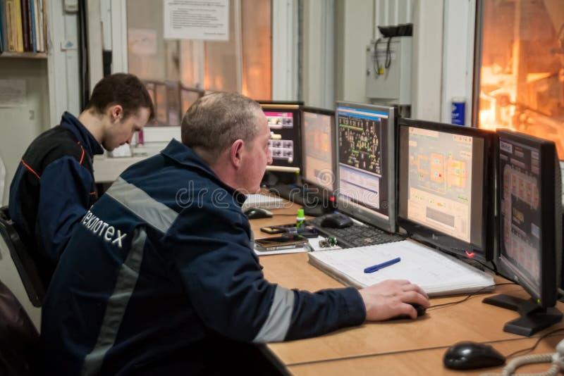 Coordenadores na sala de comando da fábrica de vidro Tyumen fotos de stock royalty free