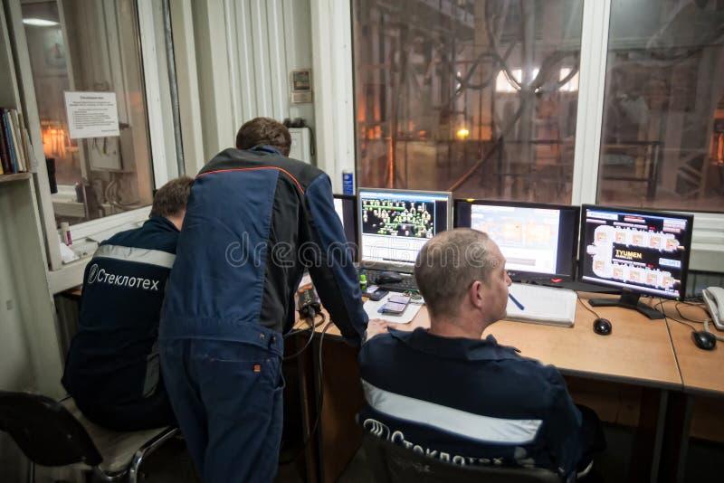 Coordenadores na sala de comando da fábrica de vidro Tyumen fotos de stock