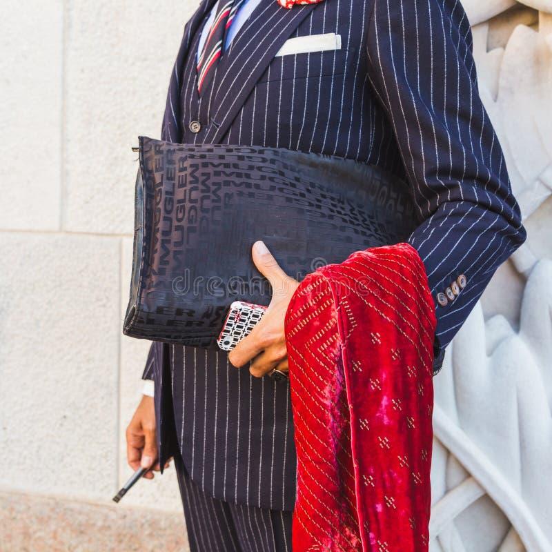 Coordonnée d'un homme à l'extérieur du bâtiment i de défilé de mode de Cristiano Burani image libre de droits
