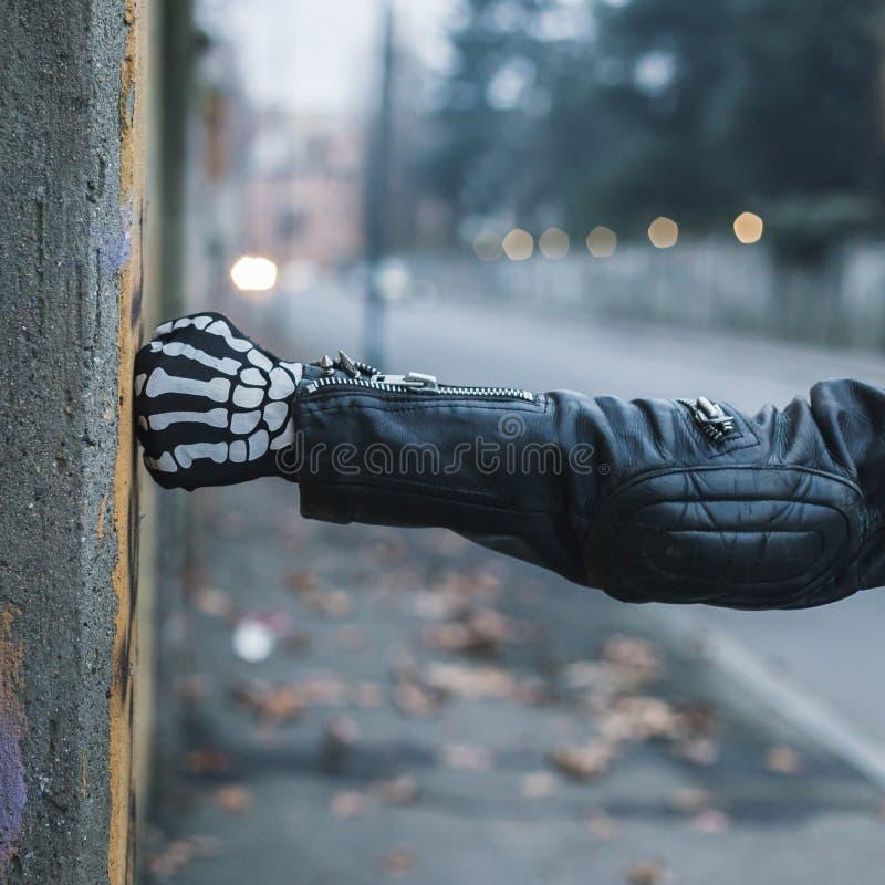 Coordonnée d'un type punk posant dans les rues de ville photos stock