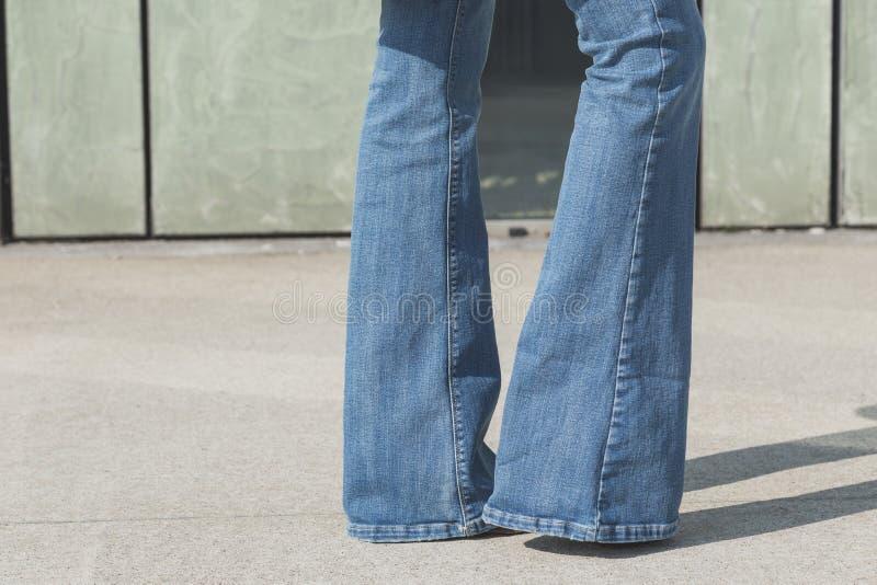 Coordonnée d'une fille posant dans un contexte urbain image stock