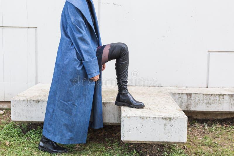 Coordonnée d'une jeune femme indienne posant dans un contexte urbain photographie stock