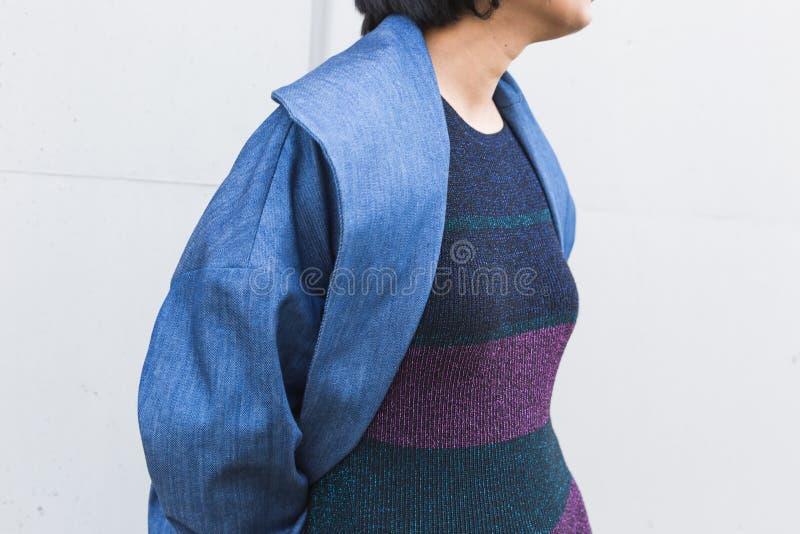 Coordonnée d'une jeune femme indienne posant dans un contexte urbain image libre de droits