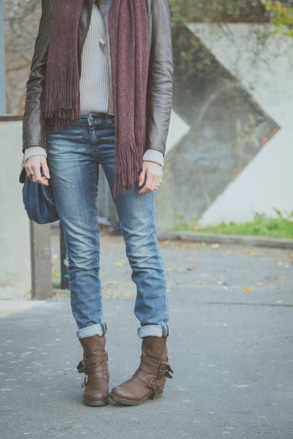 Coordonnée d'une jeune femme posant dans la rue photographie stock libre de droits