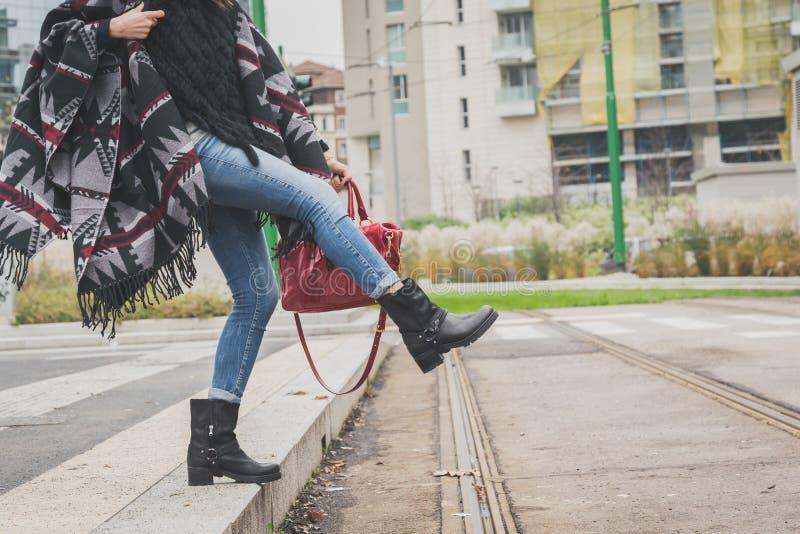 Coordonnée d'une jeune femme posant dans les rues de ville image libre de droits