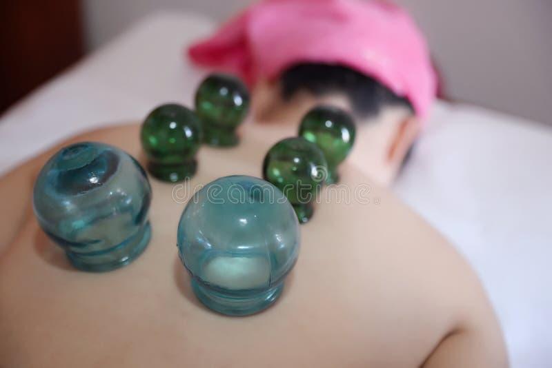 Coordonnée de femme avec la demande de règlement mettante en forme de tasse d'acuponcture images stock