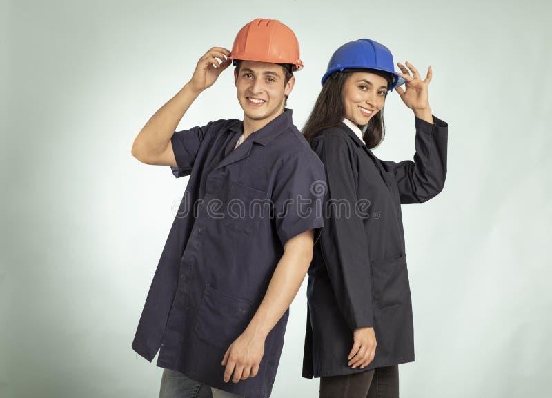 Coordonnée de vrais homme et femme de mécanicien photo libre de droits