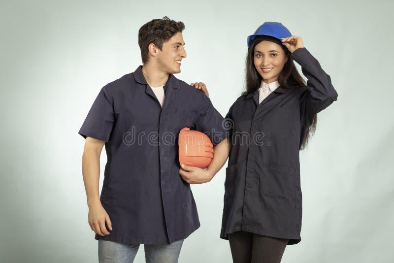 Coordonnée de vrais homme et femme de mécanicien photos stock