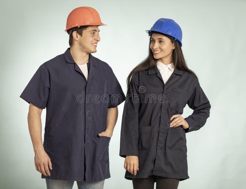 Coordonnée de vrais homme et femme de mécanicien images libres de droits