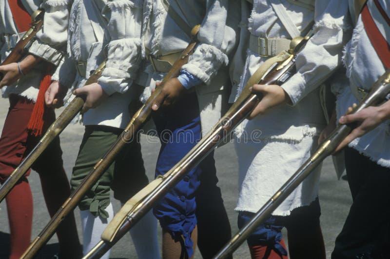 Coordonnée des soldats avec des mousquets pendant la reconstitution historique de guerre de révolutionnaire américain, Williamsbu photo libre de droits