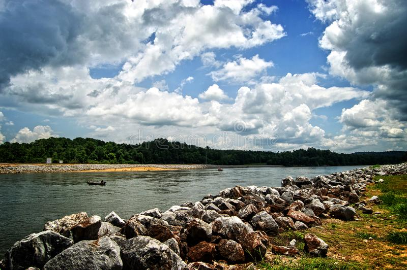 Coosa-Fluss nahe Neely Henry Dam lizenzfreie stockbilder