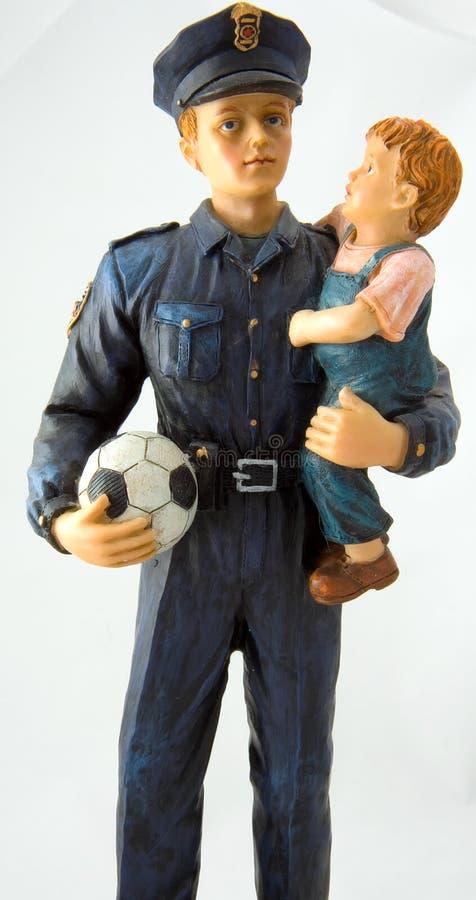 Cop et garçon du football photographie stock