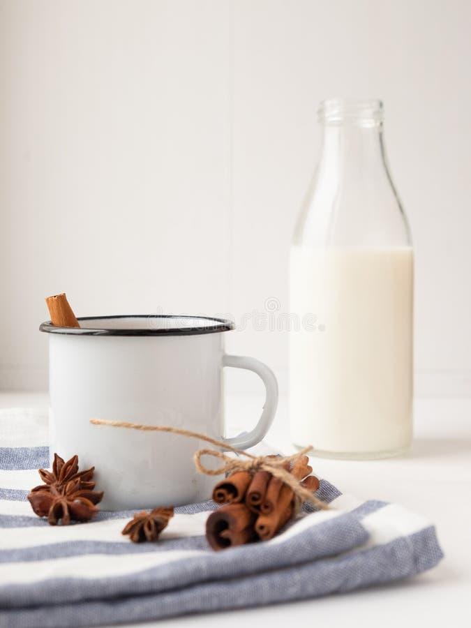 Copa con deliciosa leche de chocolate sobre una mesa de madera Beber de leche fotos de archivo