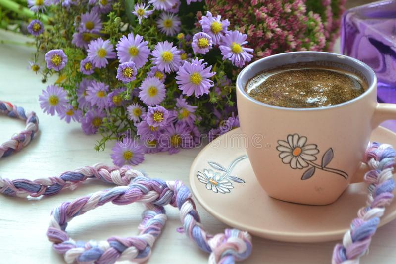 Copa de café. Estilo de imagen vintage, tierno mañana en blanco y violeta foto de archivo