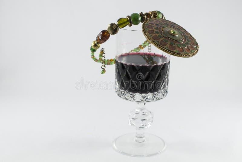 Copa de vino con el casquillo jeweled fotografía de archivo libre de regalías
