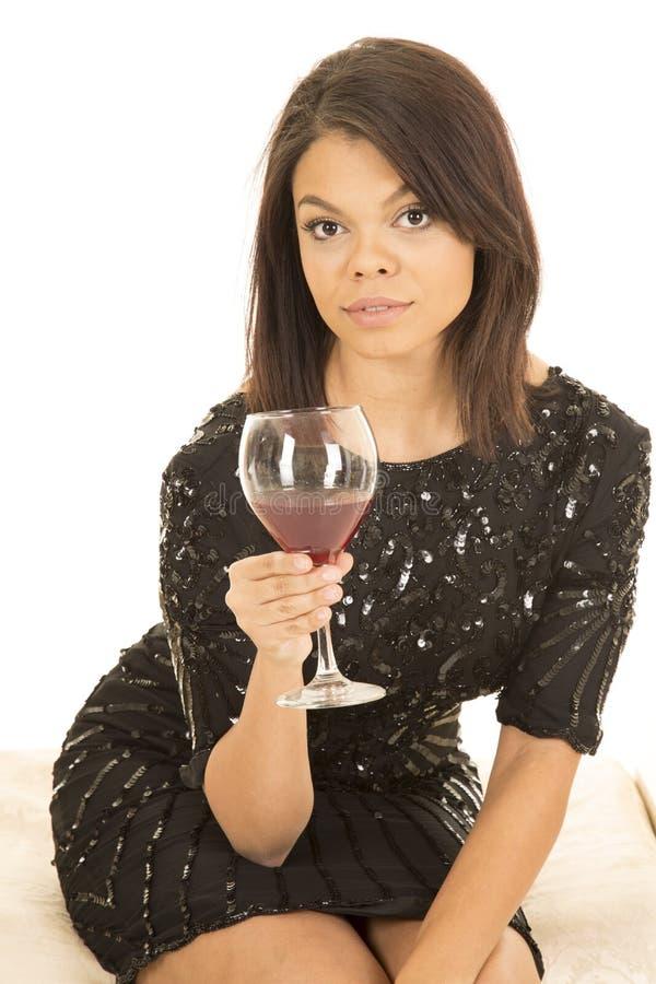Copa de vino hawaiana del vestido del negro de la mujer seria fotografía de archivo