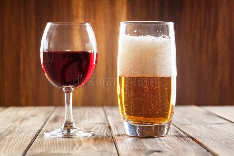 Copa de vino y vidrio de cerveza ligera imagen de archivo libre de regalías