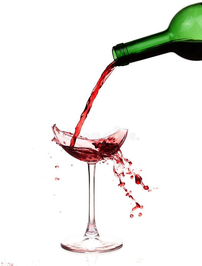 Copa en la tabla Vino rojo vertido, como sangre fotos de archivo