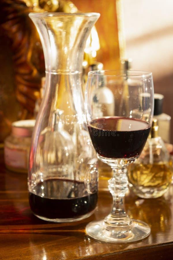 Copa roja con la jarra del vino fotografía de archivo libre de regalías